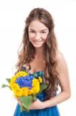 Fleurs de tenue de femme heureuse — Photo