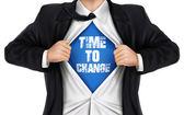 Zaman sözcüklerin gömleğinin altında değiştirmek için gösterilen işadamı — Stok Vektör