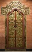 Richly ornamented, gilded wooden door in Indonesia — Stock Photo