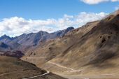 Himalayan landscape in Himalayas along Manali-Leh highway. Himachal Pradesh, India — Stock Photo