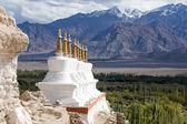 Bouddhiste chortens (stupa) et les montagnes de l'Himalaya dans le fond près du Palais Alexandre au ladakh, Inde — Photo