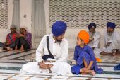 Sikh man and boy visiting the Golden Temple in Amritsar, Punjab, India.  — Stock Photo