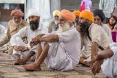 Sikh men visiting the Golden Temple in Amritsar, Punjab, India. — Stock Photo
