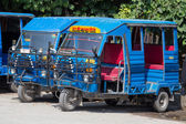 Auto rickshaw taxis on a road. These iconic taxis have recently been fitted with CNG powered engines in an effort to reduce pollution — Stock Photo