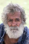 Sri Lankan beggar waits for alms on a street next to the bus station — Stock Photo