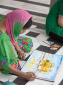 Indian students draws from nature the image of the Golden Temple — Stock Photo