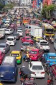 Traffic moves slowly along a busy road in Bangkok, Thailand. — Stock Photo