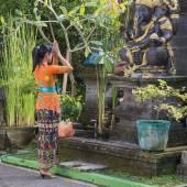 Balinese woman to pray before the statue of Ganesha. Bali, Indonesia — Stock Photo
