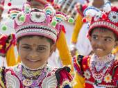 Sri Lankan children involved in the Katina festival which held according to the buddhist culture in full-moon day — Stock Photo
