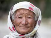Old unidentified local woman sitting outdoor in Leh. The majority of the local population are descendant of Tibetan. — Stock Photo