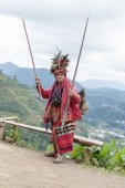 Old ifugao man in national dress next to rice terraces. Ifugao - the people in the Philippines. Refers to the mountain peoples. — Stock Photo
