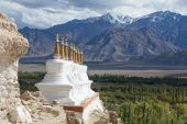 Buddhist chortens (stupa) and Himalayas mountains in the background near Shey Palace in Ladakh, India  — Stock Photo