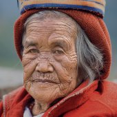Old ifugao woman in national dress next to rice terraces, Philippines. — Stock Photo