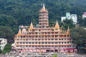 Tera Manzil Temple in Rishikesh near the River Ganges, India — Stock Photo