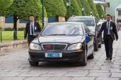 Body guards protect state automobile, which moves in the Grand Palace in Bangkok. — Stock Photo