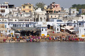 Unidentified people at holy Pushkar Sarovar lake in India — Stock Photo