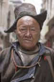 Tibetan Buddhist old man on the streets in Leh. Ladakh, North India — Stock Photo