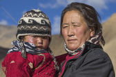 Local woman with a child on the street in Leh, Ladakh, India — Stock Photo