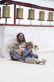 Indian poor woman with children begs for money from a passerby on the street in Leh, India — Stock Photo
