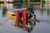 Wooden boat and indian people in lake. Srinagar,  India — Stock Photo