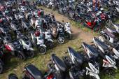 Motorbike parking on the street. Ubud, island Bali, Indonesia — Stock Photo