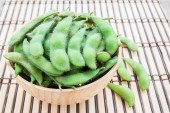 Fresh green soybeans in wooden bowl — Stock Photo