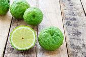 Bergamotte auf Holztisch, (Kaffir lime) — Stockfoto