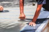 Tynkarz konkretny pracownik gładki cement — Zdjęcie stockowe