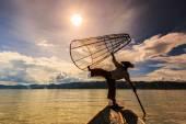 Fiskare på båten att fånga fisk av traditionella net — Stockfoto