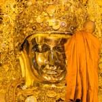 The senior monk wash Mahamuni Buddha — Stock Photo #55038891