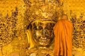 The senior monk wash Mahamuni Buddha — Stock Photo