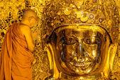 El monje superior lavado mahamuni buda — Foto de Stock