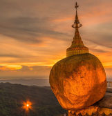 Kyaikhtiyo or Kyaiktiyo pagoda, Golden rock, Myanmar. — Stock Photo