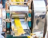 Extracting sugar cane juice — Stock Photo