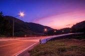 Puesta de sol crepúsculo sobre carretera — Foto de Stock
