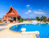 Modern resort with swimming pool — Stock Photo