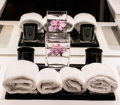 Towel and orchids — Stock Photo