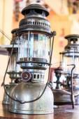 Verlichte orkaan lampen en lantaarns — Stockfoto