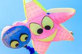 Kite multicolorido com cauda — Fotografia Stock