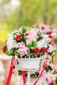 The bike basket with roses — Stockfoto