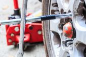 Technician changing wheel — Stock Photo