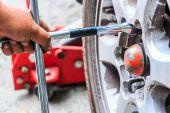 Technician changing wheel — Stockfoto