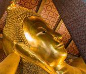 Reclining Buddha gold statue — Stock Photo