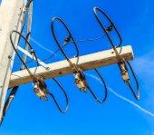 Elektrische leidingen en isolatoren — Stockfoto