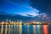 Petrol rafinerisi akşam — Stok fotoğraf