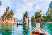 Eiland in water in Khao Sok nationaal Park — Stockfoto