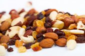 Mixed nuts and sultanas on a white background — Stock Photo