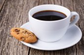 Cup of coffee with cookies on a wooden table. — Stock Photo