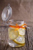 Glass jar with lemon and ice. — Stock Photo