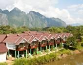 Vang Vieng, Laos: beautiful view of mountains and Nam Song river — Stock Photo